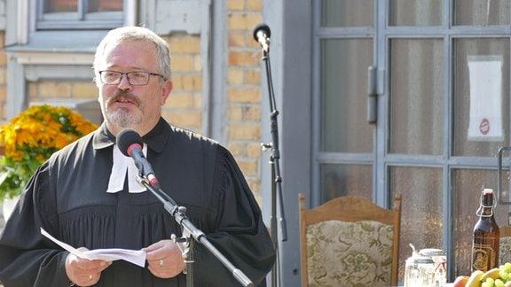 Pfarrer vor Mikrofon