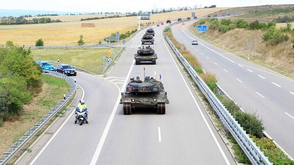 Eine Panzer-Kolonne der Bundeswehr fährt auf der A71 in Thüringen.