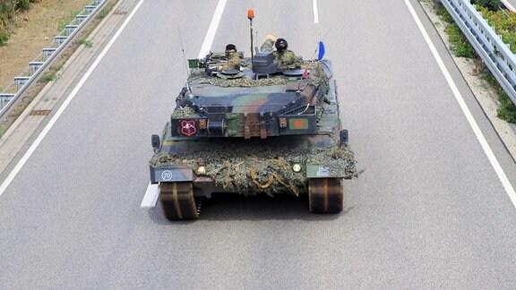 Ein Leopard-2-Panzer der Bundeswehr fährt auf der A71 in Thüringen.