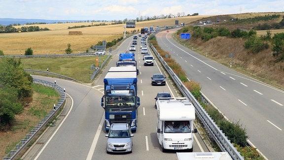 Auf der A71 in Thüringen staut sich der Verkehr hinter einer Panzerkolonne der Bundeswehr.