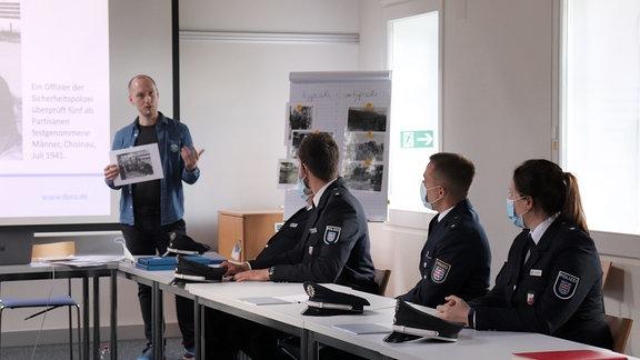 Polizei bei Schulung.