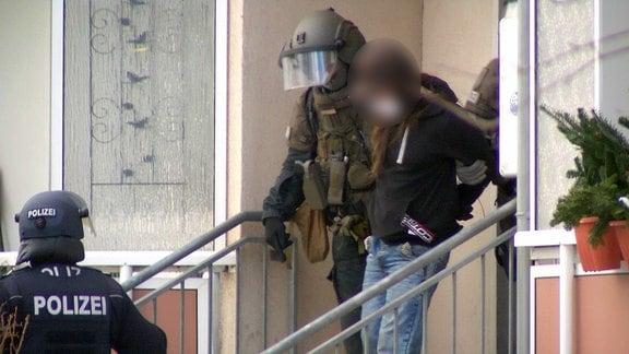 Beamte des Spezialeinsatzkommandos der Thüringer Polizei führen einen Mann ab.
