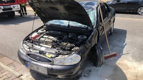Bilder einer Unfallstelle, schwarzer Unfallwagen