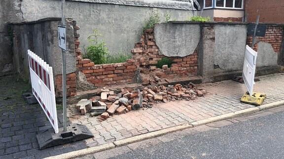 Bilder einer Unfallstelle, eine zerstörte Mauer