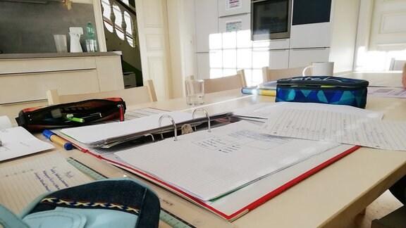 Schulsachen auf einem Tisch