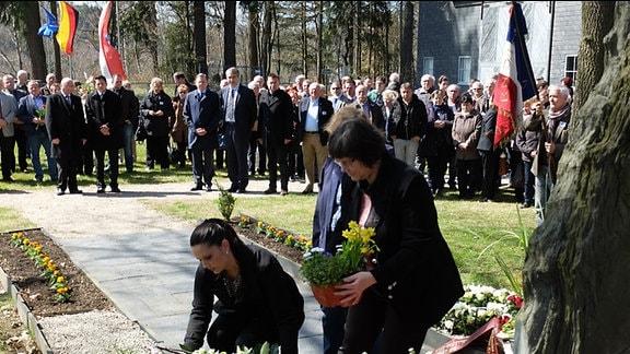 Kirsten van Hasselt (l.) vor dem Grab ihres Großvaters Herman van Hasselt. Er engagierte sich nach der Befreiung für das Lager und ließ sich nach seinem Tod hier begraben