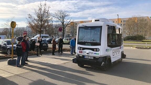 Moderner Kleinbus an Haltestelle in Gera