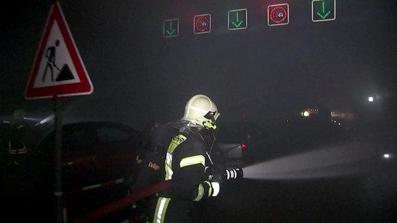 Einsatzkräfte in der Tunnelübungsanlage der Feuerwehrschule in Bad Köstritz
