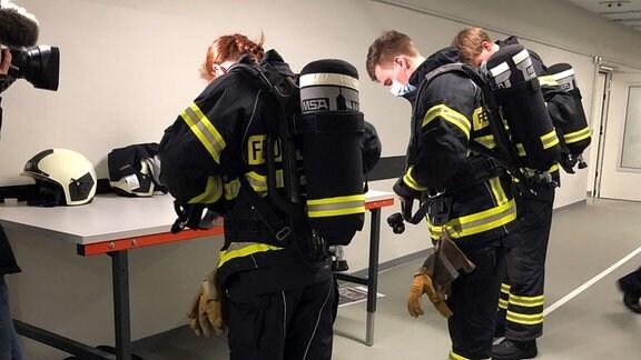 Feuerwehrleute ziehen sich an