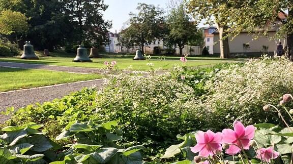 Beet und Glocken im Paulinenpark in Apolda.
