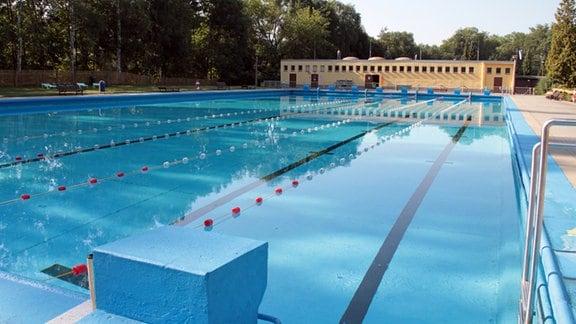 Schwimmerbecken mit Bahnen im Freibad Kahla