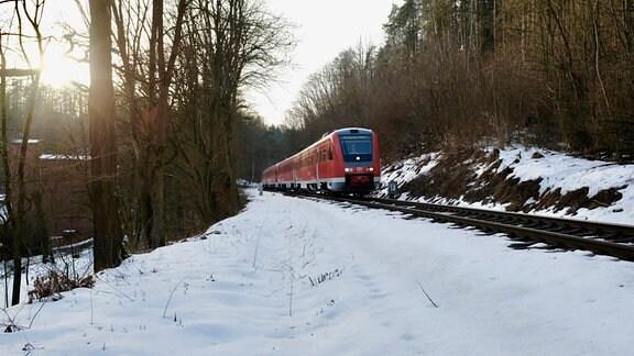Neigetechik-Dieseltriebwagen von DB Regio auf der Fahrt von Göttingen nach Glauchau auf einem eingleisigen Streckenabschnitt der Bahnstrecke Weimar-Gera nahe Papiermühle im Saale-Holzland-Kreis.