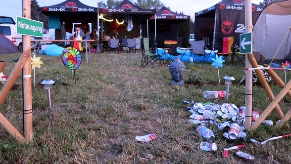 Ein Haufen Müll zwischen Zelten
