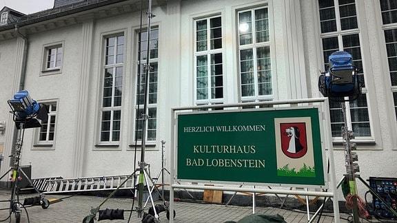 Scheinwerfer stehen vor Kulturhaus Bad Lobenstein