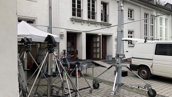 Technisches Zubehör für Filmdreh steht am Kulturhaus Bad Lobenstei