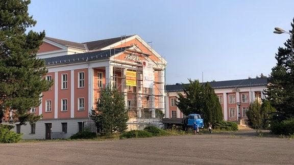 Der mit einem Gerüst umzäunte Kulturpalast Unterwellenborn