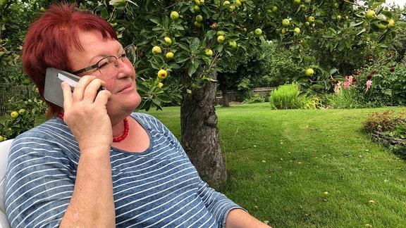Cornelia Hertzsch telefoniert.