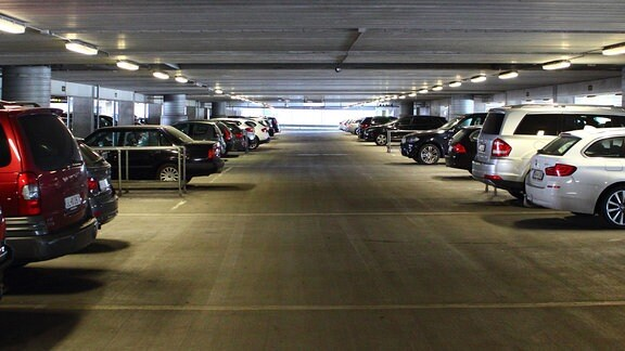 Gang mit Autos in Parkhaus