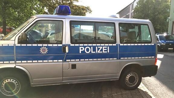 Polizeiwagen vor der Polizeiinspektion Suhl