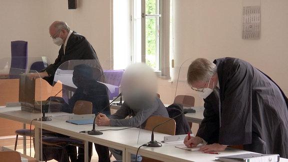 Der Angeklagte sitzt im Gerichtssaal des Erfurter Landgerichts.