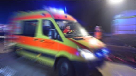 Ein Rettungswagen fährt auf der Autobahn