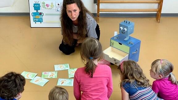 Vorschulgruppe der Erfurter Kita Pusteblume mit Medienpädagogin Franziska Bausch-Moser und der Roboter Robby