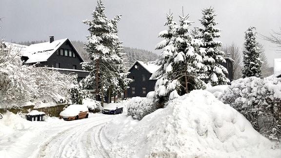 In Lauscha sind die Straßen verschneit.