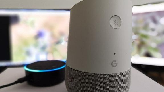 Ein Echo Dot von Amazon und ein Google Home
