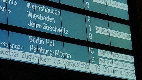 Bahn stellt Zugverkehr wegen Orkan Friederike bis vorraussichtlich 19 uhr ein - Anzeigetafel im Erfurter Hauptbahnhof