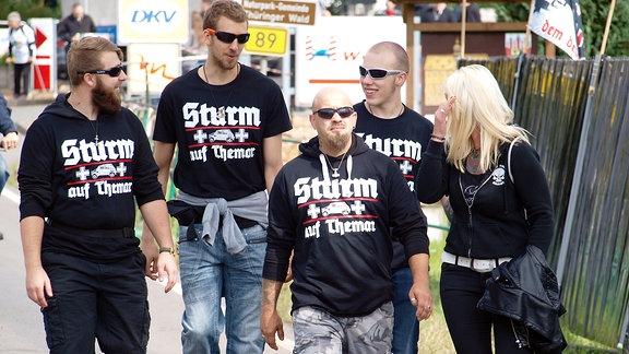 Vier Männer und eine Frau, auf deren T-Shirts die Aufschrift Sturm auf Themar zu lesen ist