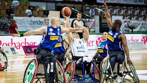 Basketballspieler des RSB Thuringia Bulls und des RSV Lahn-Dill kämpfen um den Ball.