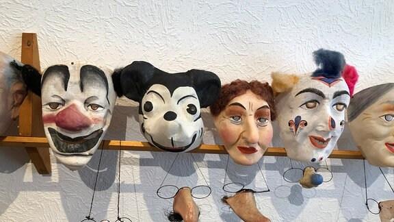 In Handarbeit hergestellte Masken in Museum