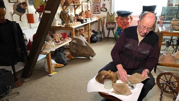 Maskenmacher Meinhard Assing stellt Maske aus Pappmaché her