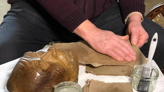 Herstellung einer Maske in Handarbeit