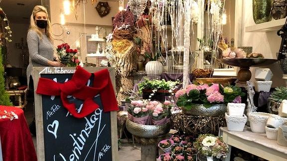 Annette Radloff steht in ihrem Blumenladen und bindet Sträuße.