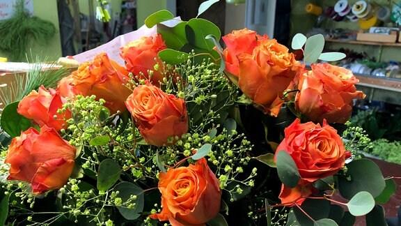 Ein Strauß voller orangefarbener Rosen
