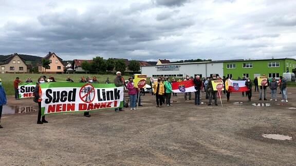 Demonstration mit Plakaten gegen Südlink