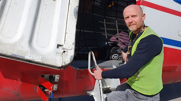 Geophysiker Stefan Kuna steht am Einstieg des Flugzeugs