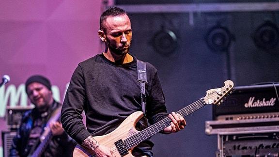 Ein Gitarrist und ein Bassist bei einem Konzert