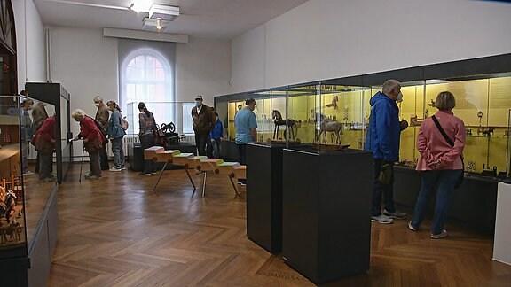 Mehrere Menschen ins einem Museumsraum