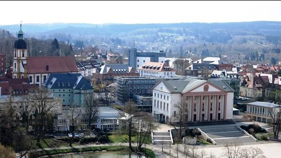 Blick auf den Suhler Herrenteich und den Platz der Einheit. Dahinter die Landespolizeiinspektion (grünes Gebäude) und das künftige Haus der Geschichte (Säulenbau).