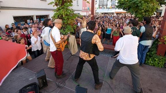 Beim TFF wird die ganze Stadt zur Bühne. Musik erklingt nicht nur auf der Heidecksburg, im Theater, der Kirche, auf dem Marktplatz oder im Heinepark, sondern auch auf zahlreichen kleinen Podien in der Altstadt.