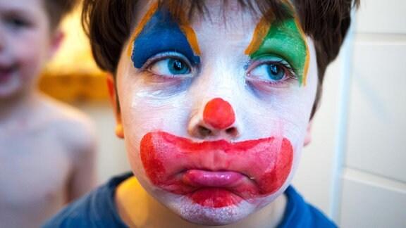 Kind geschminkt als Clown