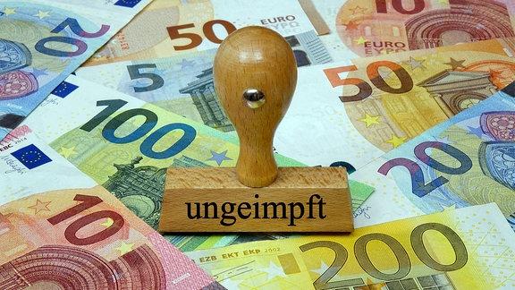 Auf Geldscheinen steht ein Stempel mit dem Schriftzug ungeimpft.