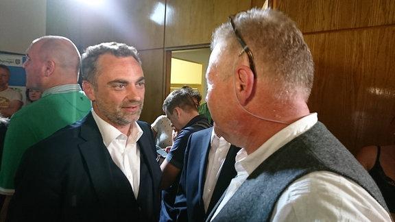 Wahlsieger Julian Vonarb mit AfD-Kandidat Dieter Laudenbach