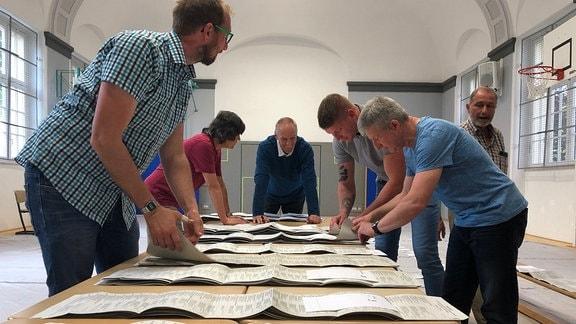 Wahlhelfer zählen Stimmzettel nach Europawahl aus