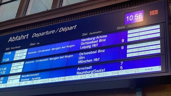 Bahnreisende stehen Schlange am DB-Reisezentrum am Erfurter Hauptbahnhof