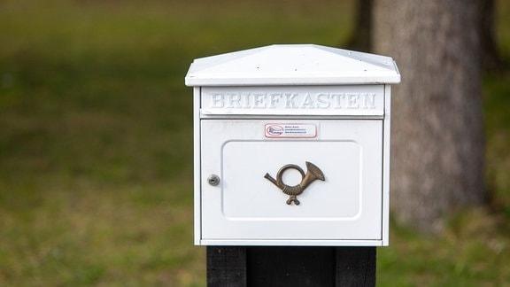 Weißer Briefkasten