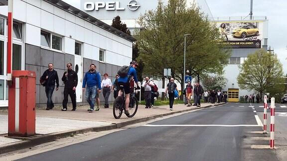 Mitarbeiter verlassen nach Schichtende das Opel-Werk in Eisenach