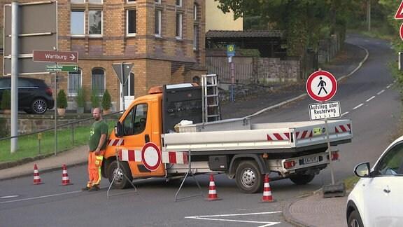 Ein Sperrschild und ein Baufahrzeug versperren die Zufahrt zur Wartburg,